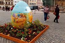 Obří kraslice na Horním náměstí v Olomouci.
