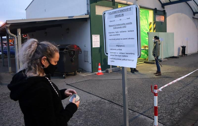 Volební místo drive-in v areálu Správy silnic Olomouckého kraje na ulici Lipenská v Olomouci. 30. září 2020