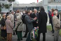 Výročí 17. listopadu u památníku Bojovníků za svobodu a demokracii u olomoucké právnické fakulty