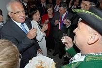 Prezident Klaus si připíjí hanáckou meruňkovicí v Příkazích