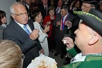 Prezidentská návštěva v hanáckém skanzenu v Příkazích