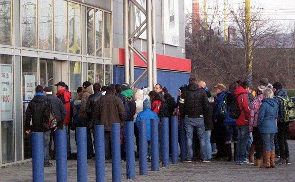 Před olomouckou prodejnou elektra vKafkově ulici stály na Štěpána před otevřením desítky nedočkavých zákazníků