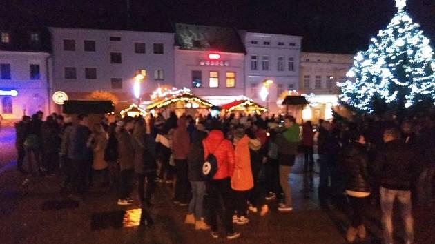 Několik stovek lidí přivítalo rok 2018 na Hlavním náměstí ve Šternberku.