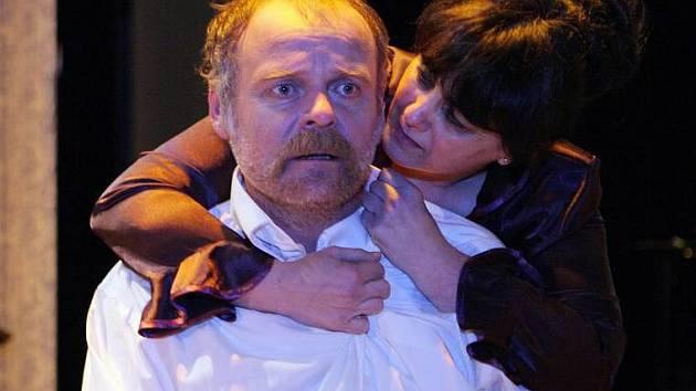 Igor Bareš a Ivana Plíhalová v inscenaci Moravského divadla Ucho