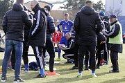 Olomoučtí fotbalisté (v modrém) porazili v přípravě Nitru 1:0. Václav Jílek, trenér Olomouce (uprostřed).