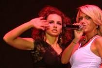 Petra Pěnkavová (vlevo) na pódiu s Darou Rolins