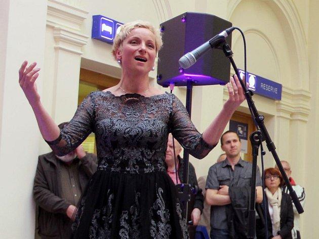 Sopranistka Jana Šelle při vystoupení na přerovském nádraží