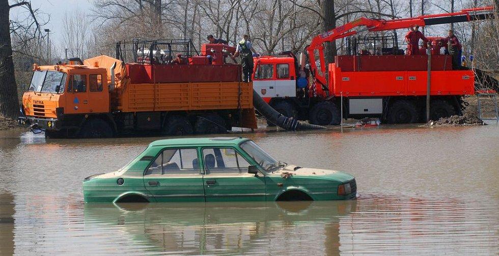 Černovír ještě v úterý musela zachraňovat dvě obří čerpadla