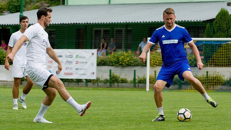 Marek Heinz (vpravo) na benefičním zápase v Kozlovicích