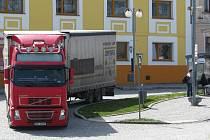 Těžká nákladní auta, jejichž řidiči objíždějí placený úsek dálnice, projíždějí nyní přímo centrem Loštic.