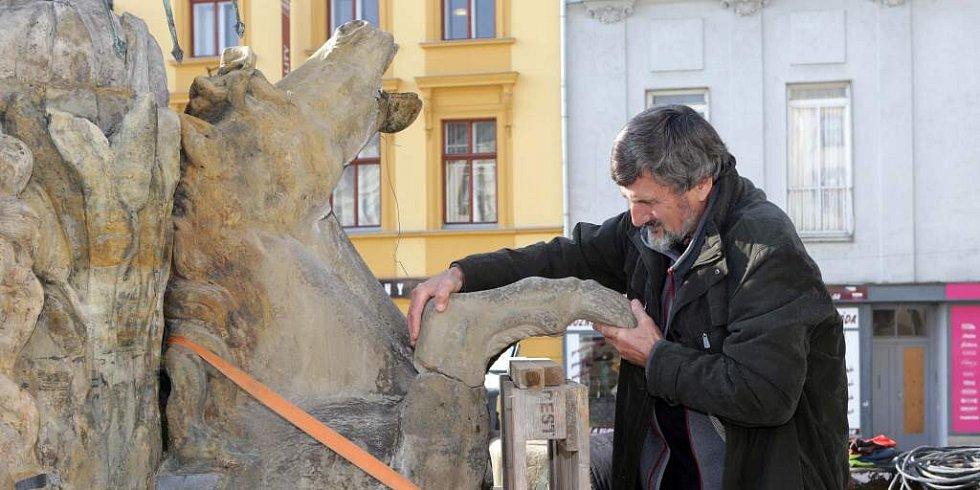 2014. Restaurátor Ladislav Werkmann při opravě poškozené Neptunovy kašny v Olomouci