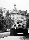 Srpen 1968.  Okupační obrňák u Žižkova náměstí v Olomouci