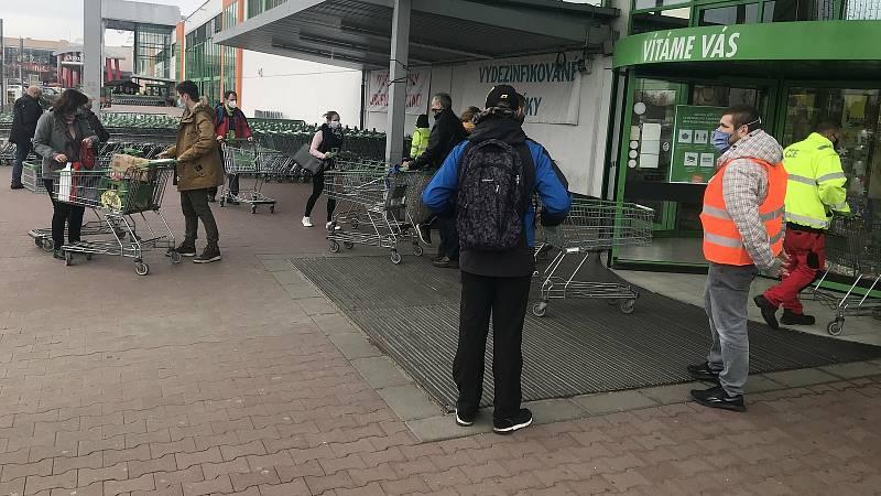 Hypermarket Globus v Olomouci, 18. listopadu 2020. V obchodech první den platí požadavek minimálně 15 metrů čtverečních na jednoho zákazníka