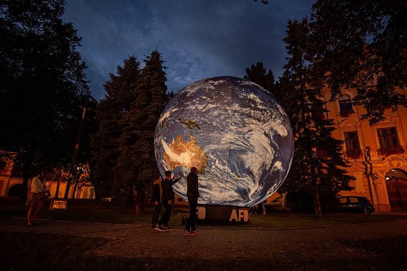 MEET UP - festival Univerzity Palackého v Olomouci, svítící zeměkoule na Biskupském náměstí 22. září 2021