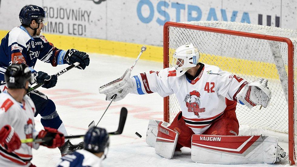Dohrávka 12. kola hokejové extraligy: HC Vítkovice Ridera - HC Olomouc, 12. ledna 2021 v Ostravě. (zleva) Alexandre Mallet z Vítkovic a brankář Olomouce Branislav Konrád.
