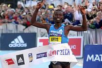 Vítěz Josphat Kiptis protíná cílovou pásku. Olomoucký půlmaraton 2015