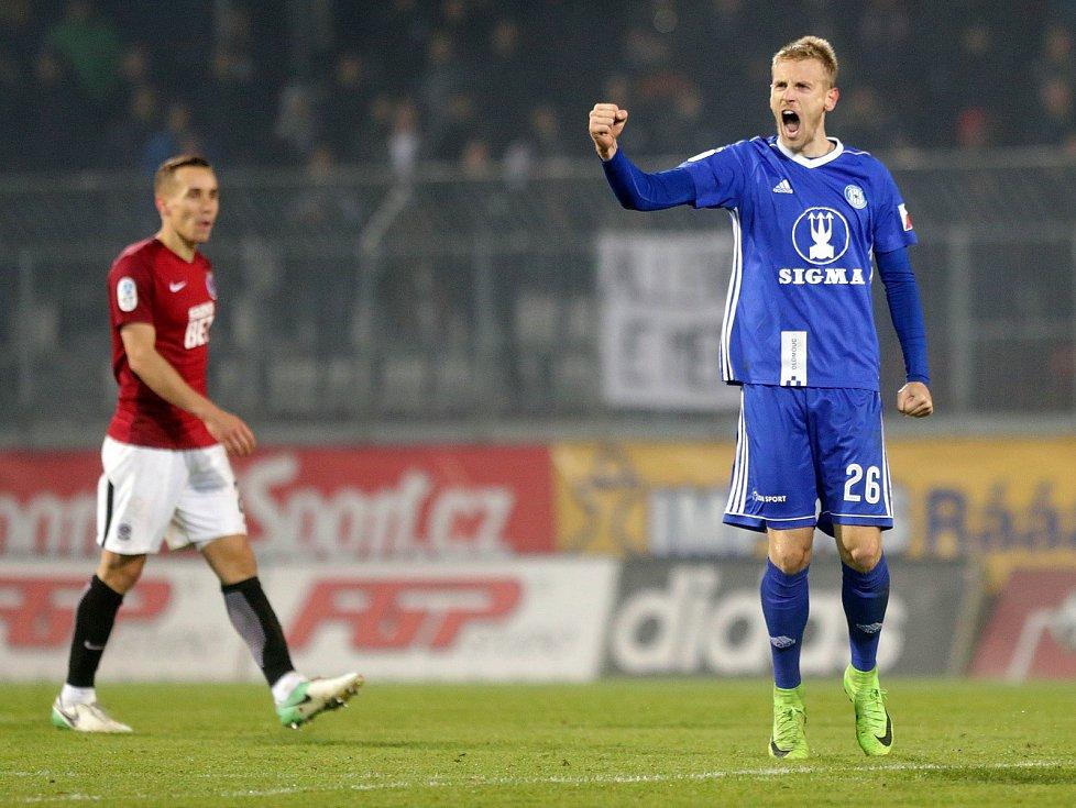 Olomoucký stoper Uroš Radakovič (vpravo) slaví porážku Sparty