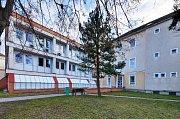 V nemocnici ve Šternberku se buduje. V budově interního a gynekologického oddělení se mohou pacienti těšit na nové výtahy. K výměně oken a rekonstrukci střech pak dojde v budově interního oddělení, hemodialýzy a stravovacího provozu