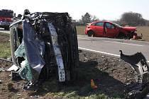Havárie divoce jedoucího řidiče červeného Fordu Focus mezi Těšeticemi a Ratajemi, 6. 4. 2020
