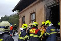 V Domašově nad Bystřicí hořel drážní domek, zranili se dva lidé