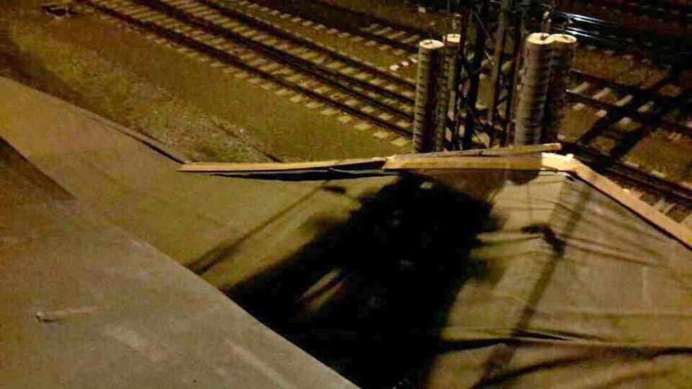 Na hlavním nádraží v Olomouci vichr utrhl kus střechy, která spadla do kolejiště