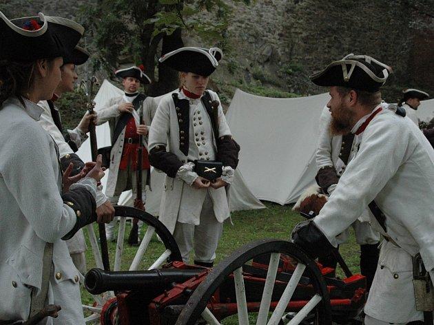 Vojsko v historických uniformách.