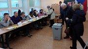 První lidé přišli volit prezidenta na ZŠ Stupkova v Olomouci hned po 14 hodině