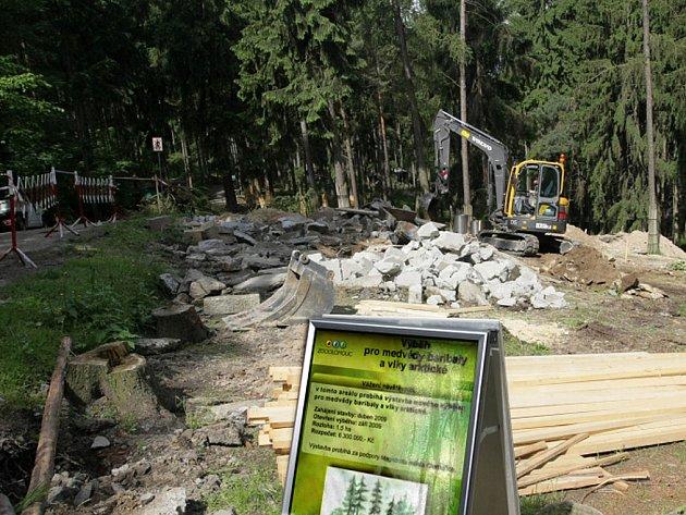 Pro vlky a medvědy se v zoo buduje nový výběh