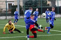Olomoučtí fotbalisté (v modrém) se v zimní přípravě utkali s Brnem.