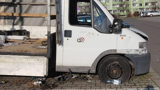 Vrak nákladního automobilu na parkovišti v Jeremiášově ulici na olomouckém sídlišti Povel
