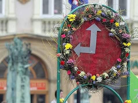 Květinová reklama na výstavu Flora před olomouckou radnicí