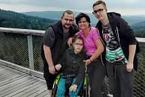 Leonka s rodiči a starším bratrem Petrem. Rodina, která spojila síly a funguje