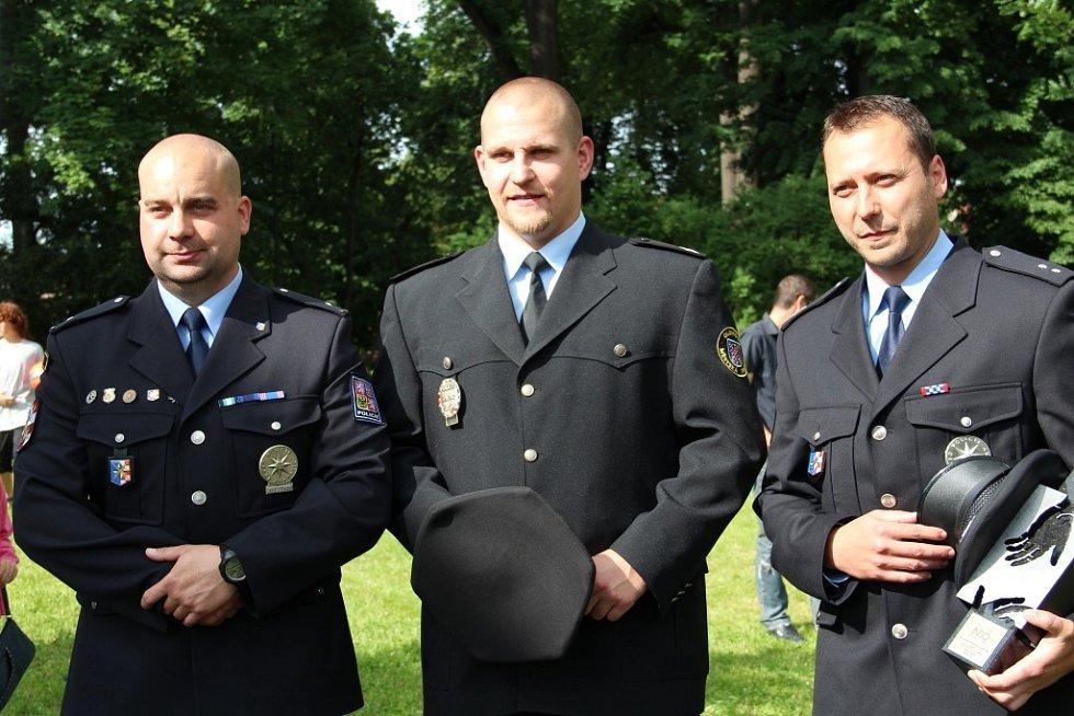 Zleva oceněný policista Martin Mészáros, olomoucký strážník David Císař a David Šíp – bývalý strážník, nyní policista ČR