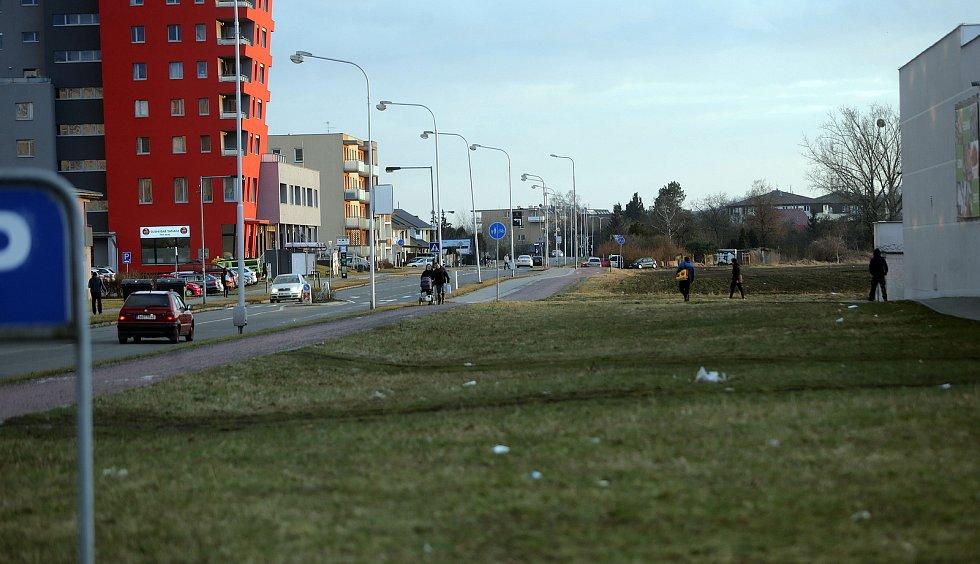 Schweitzerova ulice u křížení s Voskovcovou - zde vznikne dočasná konečná zastávka U kapličky a úvrať