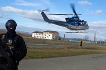 Vzácná Keltská hlava odletěla policejním vrtulníkem z Olomouce zpět do depozitáře v Terezíně. 24.2.2020