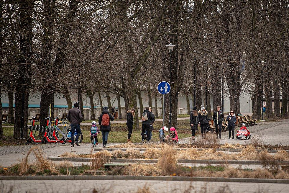 Sobotní dopoledne v Komenského sadech v centru Ostravy, 13. března 2021