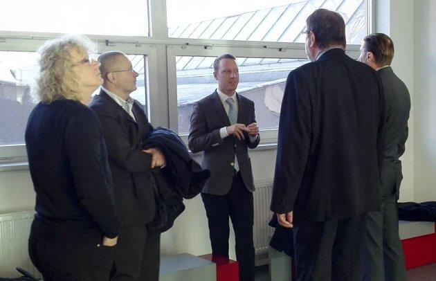 Zleva: Úředníci přerovského magistrátu Jiří Raba a Pavel Gala a trojice právníků na chodbě krajského soudu vOlomouci při úterním projednávání odvolání.