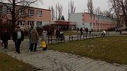 Krátce po otevření volebních místností na ZŠ na Terrerově náměstí v Olomouci proudily k urnám zástupy voličů v druhém kole prezidentských voleb