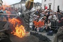 Svátky města 2009: odlévání zvonu Horním náměstí