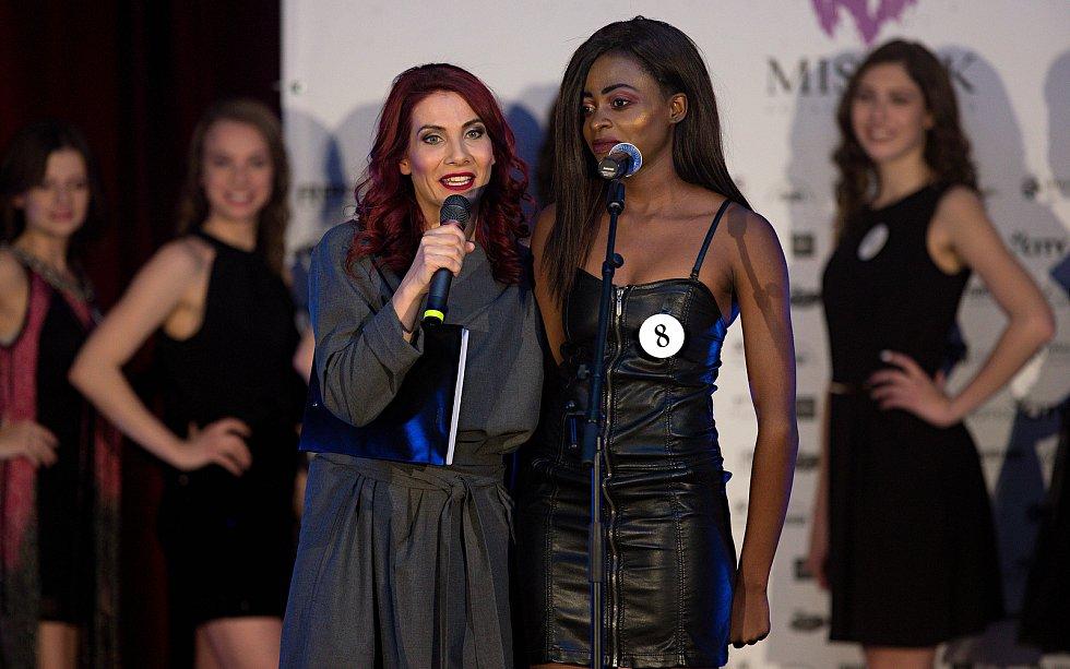Moderátorka Eva Decastelo a Solange Tshisekedi. Semifinále 6.ročníku soutěže Miss OK ve Velké Bystřici.
