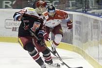 Olomoučtí hokejisté (v bílém) prohráli s Hradcem Králové 1:4. Stanislav Dietz a Jan Knotek (v bílém)