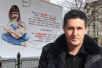 Francouz Bertrand Michel (příjmení změněno) se snaží u Okresního soudu v Olomouci domoci svých otcovských práv a vídat se s dcerou Veronikou častěji. Bojuje i mobilním billboardem