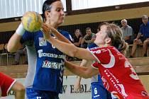 Kateřina Růžičková (č. 3) z DHK Zora Olomouc bráněna Lucií Fabíkovou z Thüringer HC.