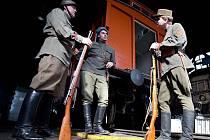 Legionáři z klubu vojenské historie před jedním vagonem budoucího legiovlaku v Železničním muzeu Olomouc.