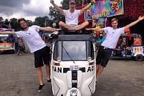 Martin Hamouz, Jakub Janča a Jan Tomšů, kteří se potkali za studií na Univerzitě Palackého v Olomouci, byli jedinými Čechy, již se letos účastnili závodu Rickshaw Run v Indii.