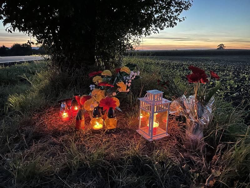 Místo na silnici mezi Olomoucí a Topolany, kde zemřel cyklista poté, co jej srazilo auto. Lidé přinášejí svíčky a květiny,1. října 2021