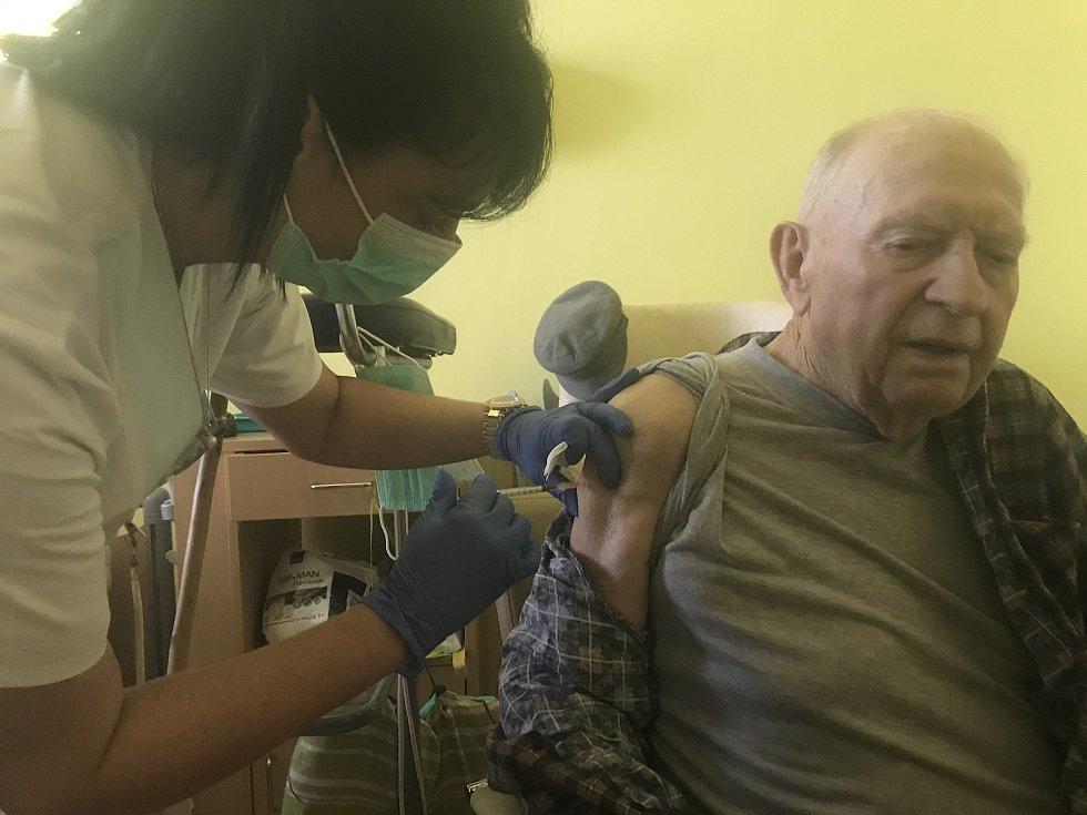 Vojenská nemocnice Olomouc zahájila očkování proti Covid-19. Jako první dostal vakcínu válečný veterán Viktor Ráža, 31. prosince 2020