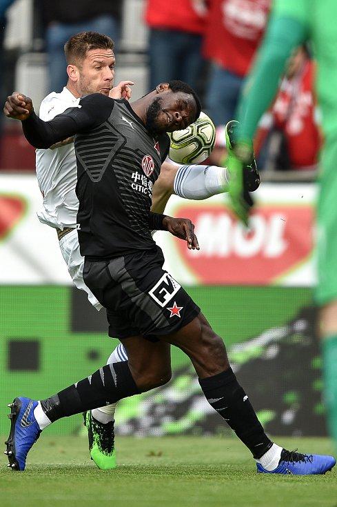 Finále fotbalového poháru MOL Cupu: FC Baník Ostrava - SK Slavia Praha, 22. května 2019 v Olomouci. Zleva Martin Fillo a Ngadeu Ngadjui Michael.