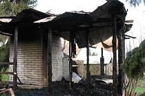 Vyhořelá chatka ve Slavoníně.