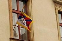 Tibetská vlajka na rektorátu Univerzity Palackého v Olomouci ve středu 19. října 2016